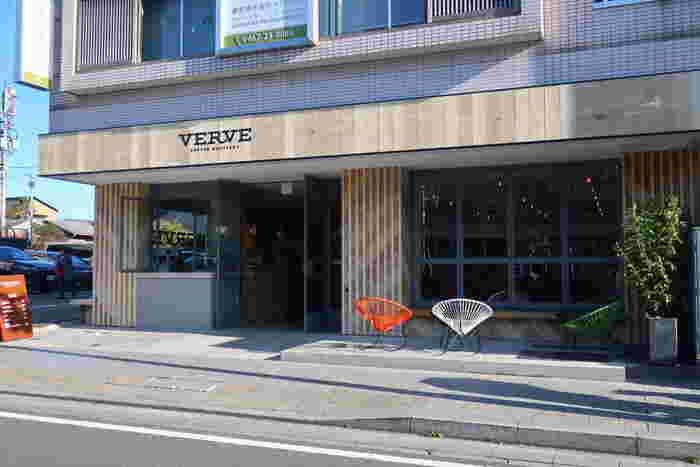 鎌倉駅より鶴岡八幡宮方面に向かった段葛の脇に位置する「VERVE COFFEE ROASTERS」は、アメリカ西海岸の空気をそのまま持ってきたかのような、木の柔らかい印象とおしゃれなスツールが素敵なコーヒーショップ。