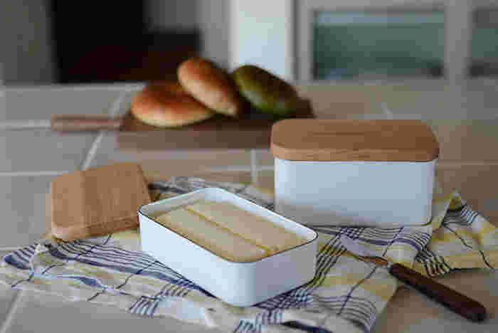 匂い移りせず、冷却性にも優れていてバターを入れるのに最適なホーローのバターケース。天然木の桜の木から作られた蓋が優しい雰囲気を醸し出しています。サイズは2種類で、浅いケースは200g、深いケースには450gのバターが入ります。