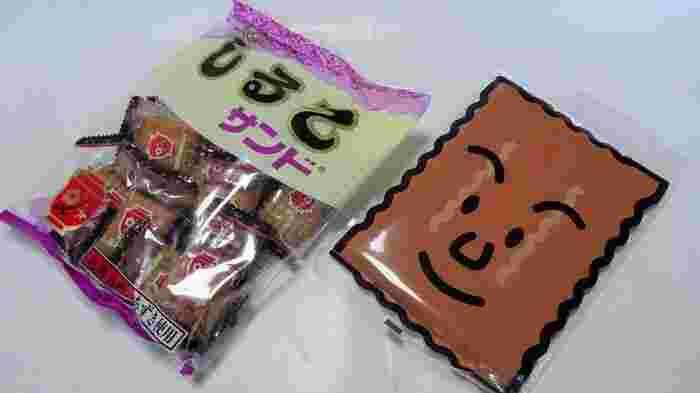 名古屋の人には身近なお菓子「しるこサンド」。ビスケットにあずきやはちみつ、リンゴジャムなどを練ったあんが挟んで焼き上げられたお菓子で、名古屋ではおなじみのお菓子です。 ※右はサイズの大きな「メガしるこサンド」です。