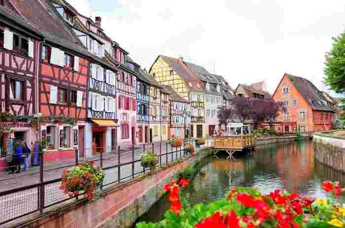 まるでおもちゃ箱のようなメルヘンな街「コルマール」は「ハウルの動く城」の舞台になったとも言われています。石と木材を組み合わせた建物や出窓が特徴で、なんとも言えないかわいさ。街中には運河が流れ、あちこちに花が咲き、街並みと見事に調和しています。