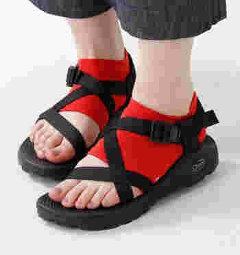 サンダルに靴下を合わせたい。でも真夏は暑いかも…という時には、つま先が無いサンダル用ソックスを取り入れてみて。かかとを守りながらつま先は出せるから、蒸れを気にせずおしゃれを楽しめますね。