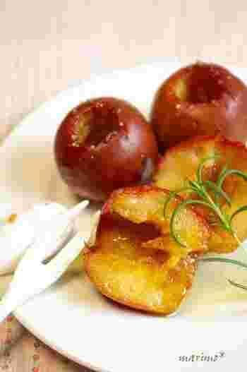 """焼きリンゴは、素材の味わいを満喫できるホットスイーツです。こちらはベイリーズというお酒を使ったレシピですが、シナモンでもOK。主な手順は、リンゴの中心をくり抜いて、バターなどを詰めてオーブンで焼くだけなのでとっても簡単♪""""砂糖は少なめ""""など、アレンジが加えやすいのも魅力です。"""