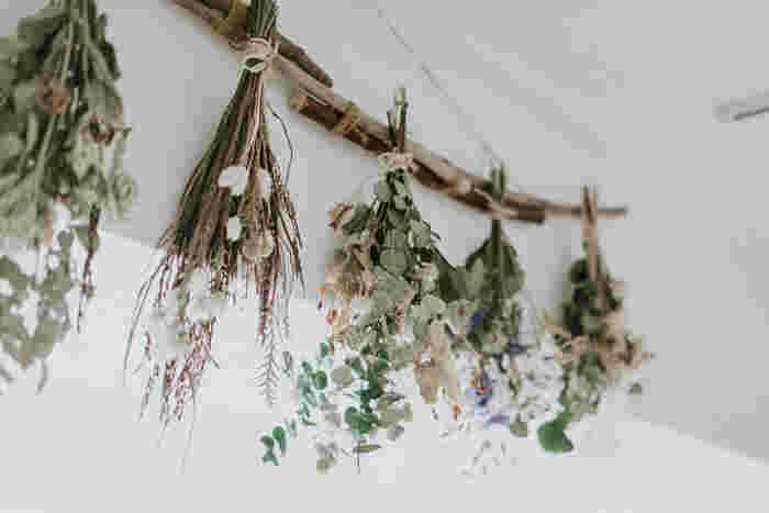 紐の代わりに流木を使ってガーランド風にしてもいいですね。どちらも天然素材でお部屋にナチュラルな印象を与えてくれます。全体的に落ち着いた色味が素敵ですね。