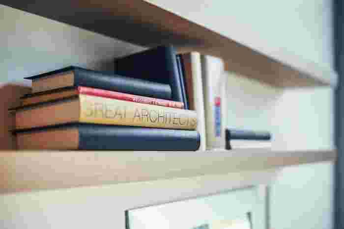 """自然とたまってしまう本も、""""本棚に収納出来る分だけを残す""""という自分のルールを決めることで、暮らしはもっと快適に…。さらに、ボックスやバスケットなどのアイテムを組み合わせて、本棚をお洒落にドレスアップしてみませんか! 思い出深い本や、大好きなお話の本、お気に入りの表紙の本…など、本当に自分の好きな本だけを収納した本棚は、きっと宝箱のような存在になるかもしれませんね。"""