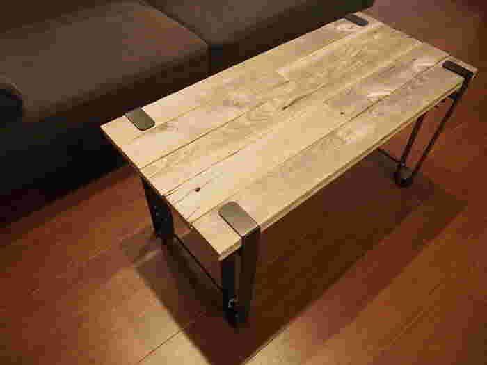 市販の脚キットを使えば、簡単にテーブルをDIYできます。 どんなサイズの天板にも合わせやすく、安定感のあるテーブルになり◎
