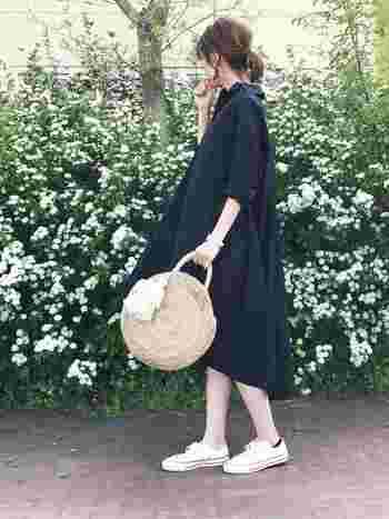 ふんわりしたシルエットのAラインワンピースに、ざっくりした編み目のサークルかごバッグを合わせたナチュラルコーデ。白×ネイビーの爽やかな配色が春夏らしい印象です。ワンポイントのタッセルの飾りもおしゃれな雰囲気ですね。
