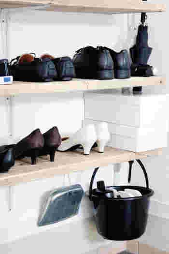 虫よけスプレーや洗車洗剤なども、すぐに使えるように玄関に収納しておきたいですよね。そんなスプレーや洗剤類はこちらのブロガーさんのように、バケツにまとめて下駄箱の下段に吊るしておくと便利ですよ。棚板の裏側にフックを付けて吊るしておけば、玄関をお掃除する時も楽ちんですね。