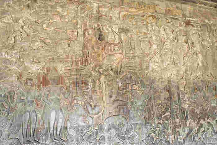 30年の歳月をかけて建立されたアンコール・ワットには壮麗な装飾が施されています。特に、第一回廊のレリーフ(彫刻)は繊細であるだけでなく、洗練された優美さも兼ね備えており、思わず息を呑むほどの美しさです。