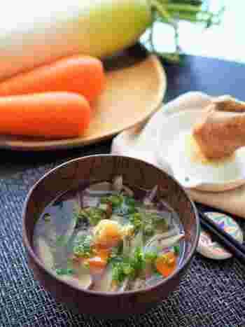彩が綺麗な「根菜スープ」は、ごぼう・大根・人参など、たくさんのお野菜が入って栄養満点の一品。寒い朝に生姜の効いたスープを食べれば、身体がポカポカ温まって1日元気に過ごせそうですね。