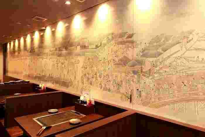 店内はボックス席になっているので、ゆったりおしゃべりしながら食事が楽しめます。壁紙も凝っていて、思わず見入ってしまいます。