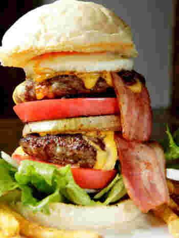 パティが2倍のスペシャルバーガー。もはや持って食べるのは至難の業!?お店の人に上手な食べ方を聞いて、たいらげて下さい!!