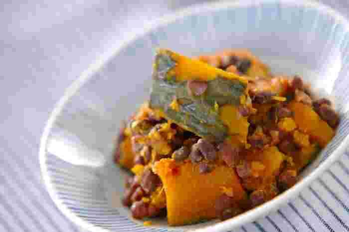 小豆で作る煮物、いとこ煮。こちらのレシピでは仕上げに味噌を溶きいれることで、よりおかずらしい味わいになっています。また、かぼちゃとゆで小豆を牛乳で煮れば、洋風になってサンドイッチの具材にできたりと、アレンジしやすい相性抜群の組み合わせです。和風で食べても洋風で食べても、ほっこり食感と自然な甘さに癒されますよ。