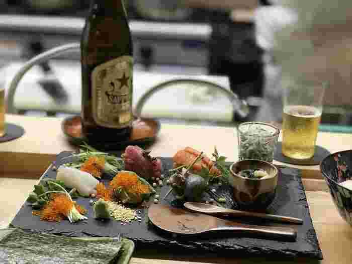 ランチで頂く事ができる「季節の彩り手巻き寿司」は、新鮮なお刺身を自分好みで海苔で巻いて頂きます。どれを組み合わせようかなとワクワクする手巻き寿司の楽しさを再認識させてくれる、大人の手巻き寿司を堪能することができますよ。  ※筆者撮影