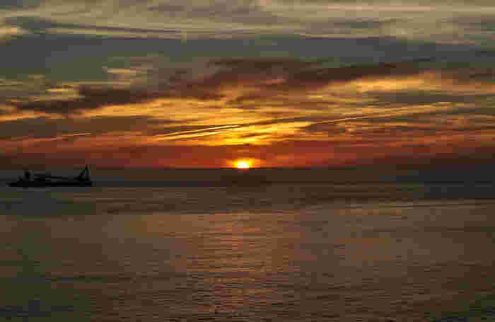 前浜海岸は神津島の西側に位置していることから、夕日がきれいに見える場所としても知られています。せっかくなら、日中だけでなく夕方にも訪れてみるのもいいかもしれません。
