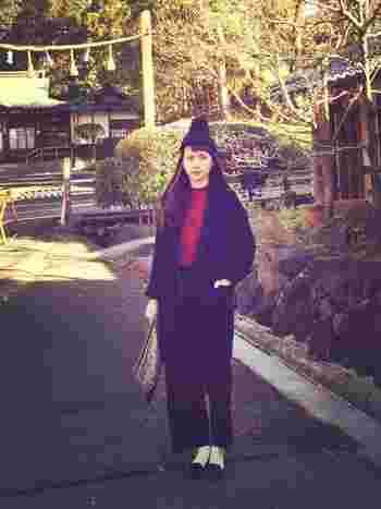 冬の定番ニット帽とも相性の良いチェスターコート。足元に白を取り入れれば、たちまちクラシカルな雰囲気に。