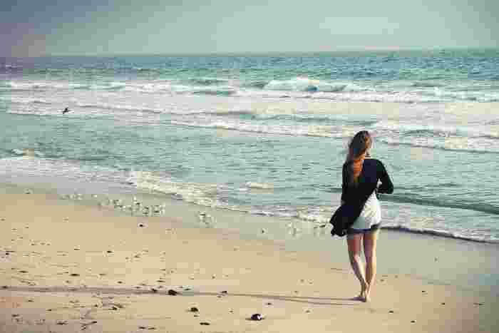 夜明けの浜辺はとても気持ちがいいもの。仕事する前に海に出かけて、太陽の光や海のにおい、鳥の声や風の音を感じながら気ままに散歩してみませんか?時間帯が違うだけで、いつも以上にエネルギーチャージできますよ!