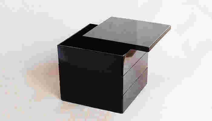 家族の人数や用途に合わせて選べる、5色のカラーと大小2種類の大きさがあり、1段からでもご購入できるのも◎。おせち用の大 は、3~4名用の重箱として使われる約19.5cm角の6.5寸で、1段で使用した場合、一人分の松花堂弁当にちょうど良いサイズです。