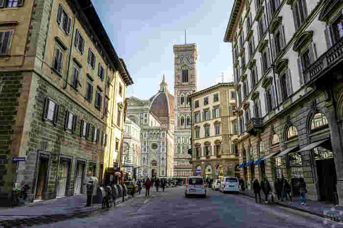石畳が敷かれた路地の両横には、数世紀前に建てられた歴史的建造物が軒を連ねており、フィレンツェ歴史地区を散策していると、数世紀前にタイムスリップしたかのような気分を味わうことができます。