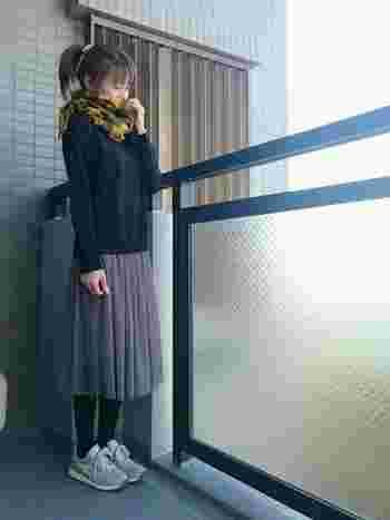 女の子らしいチュールスカートはスニーカーでカジュアルダウンすると甘過ぎにならず◎。色味を揃えれば、ちぐはぐな印象にならずにまとめられます。  黄色いマフラーがアクセントのシンプルコーディネート。すぐに取り入れてみたいお手本スタイルですね♪