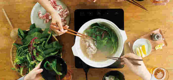 吸水率の低い素材が使われているので、料理の匂いが移りにくいところも魅力。スパイスの効いたお鍋をした後も、匂いスッキリ!きれいな状態で長く使い続けることができます。付属のすのこを使えば、蒸し料理にも使えますよ。