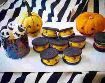 市販のオレオクッキーにかぼちゃのマッシュを挟んでチョコチップで目をつけたら完成です。お子さんやお友だちとハロウィンパーティーのときにもいいですね。