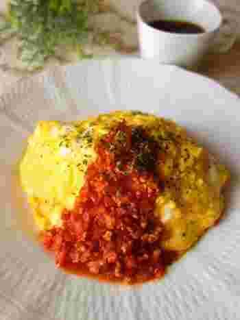 カフェの定番ふわとろオムライス。 卵をパカッと開く方法とスライド式があるので、やりやすい方で作ってみてください。