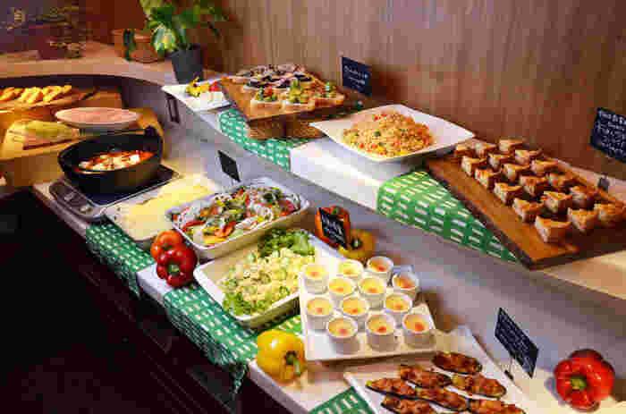 有機野菜や珍しい野菜を豊富に使ったブッフェメニューが並ぶ「農家の台所」。
