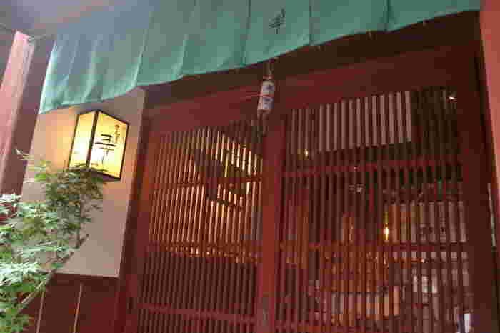 金沢観光の定番スポット、ひがし茶屋街にある「金澤寿し」は、金沢伝統の押し寿司体験ができるお店として有名です。