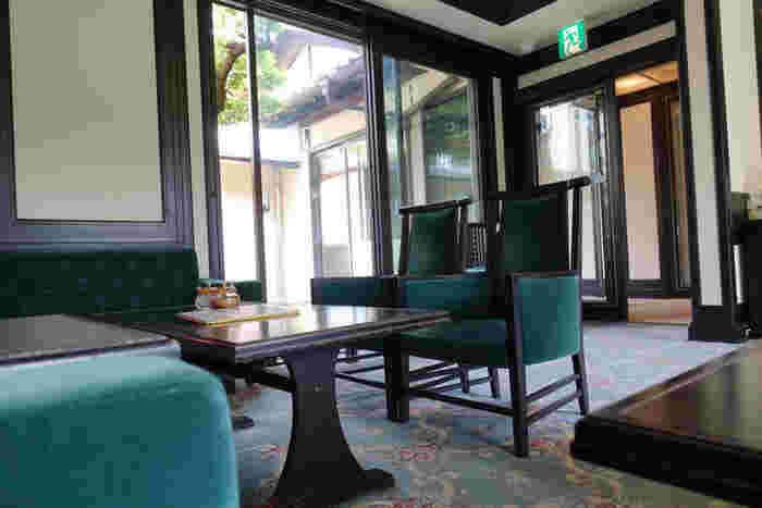 旅館時代にバーとして使われていたスペースをそのまま活かした店内。趣きある和モダンなインテリアがとても贅沢。