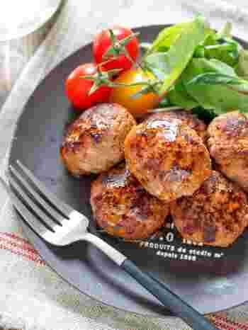 ハンバーグ自体にウスターソースやケチャップでしっかりと味をつければ、ソースがなくてもそのままで美味しく仕上がります。焼くだけでソース作りの手間が省けますし、お弁当にも入れやすい優等生です。
