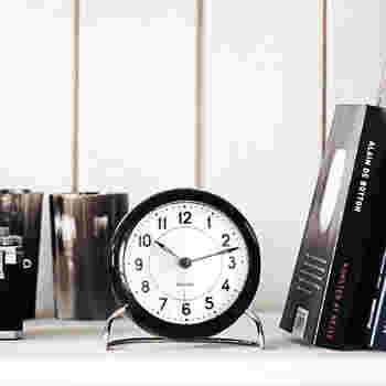 シンプルなアンティーク調の置時計も、おしゃれで素敵です。こちらの置時計は、1930年代後半に作られたものの復刻デザインだそうです。大きすぎず、小さすぎず、程よい存在感がある置時計で、インテリアのアクセントになりそうですね。