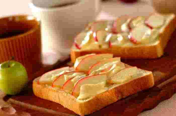 リンゴとカマンベールチーズ、ハチミツは相性ピッタリ♪ 並べて乗せて焼くだけでオシャレなトーストになります。