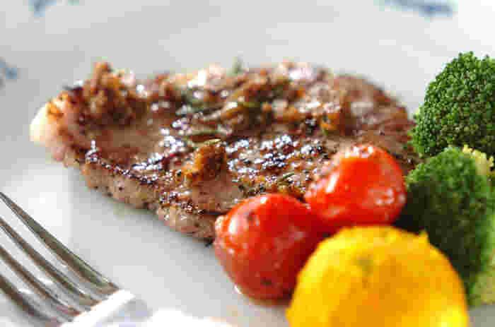 ローズマリーを加えたマリネ液に漬け込んだステーキ用の豚肉を焼きます。まるでレストランのような、ちょっと特別感のあるおいしさ。ハーブは、料理に素敵な魔法をかけてくれます♪