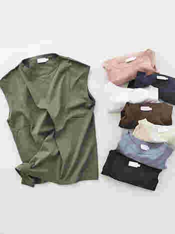 いつものコーディネートに「ノースリーブ」を取り入れるだけで、夏らしい装いが完成します。 二の腕や肩の露出が気になる場合でも、デザインの選び方や着こなし方を工夫することで、大人っぽくて上品なサマーコーデが楽しめますよ。
