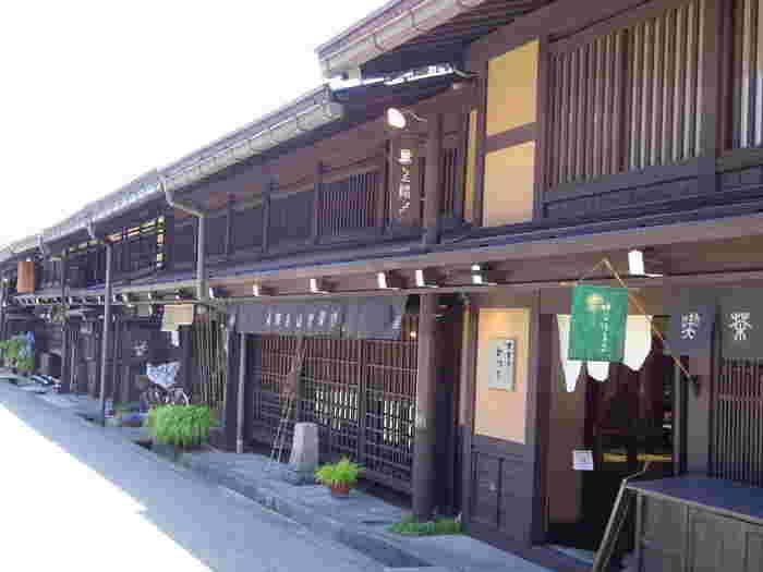 飛騨高山とは、飛騨山脈の西側一帯の中心部として位置している岐阜県高山市のことです。江戸時代初期に、城下町として栄え、17世紀末に江戸幕府直轄領となった飛騨高山の市街地は、江戸時代の城下町・商家町であった頃の名残がほぼ完全な形で残されています。
