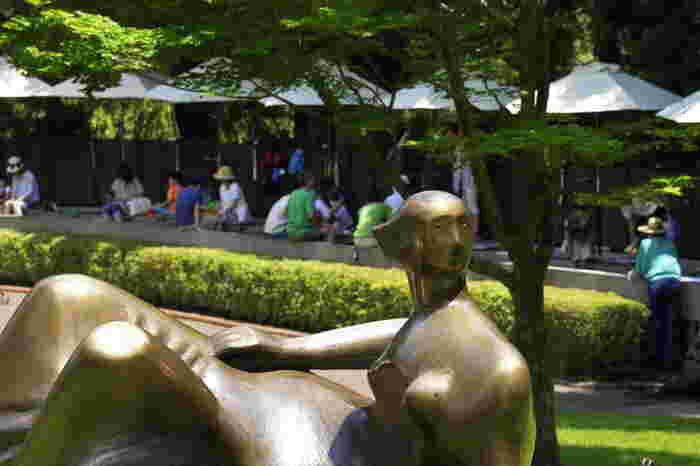 少し疲れたら、足湯で休憩もできます。こちらは源泉かけ流しの天然温泉で、園内の端っこにあるため目の前の彫刻の森美術館の一角を眺めながらリフレッシュできます。