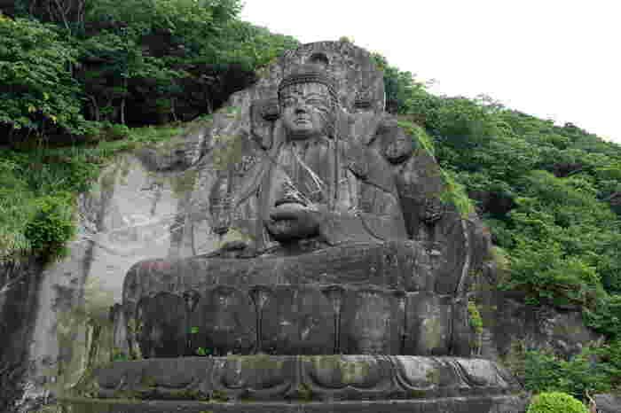 千葉県にある「鋸山 日本寺」は、(座像)日本一の大仏さまがいることで有名なところです。大仏と言うと、鎌倉や奈良の大仏を思い浮かべる方が多いかもしれませんが、実は一番大きいのはこの大仏。この姿からも、なんだかエネルギーをもらえそう。