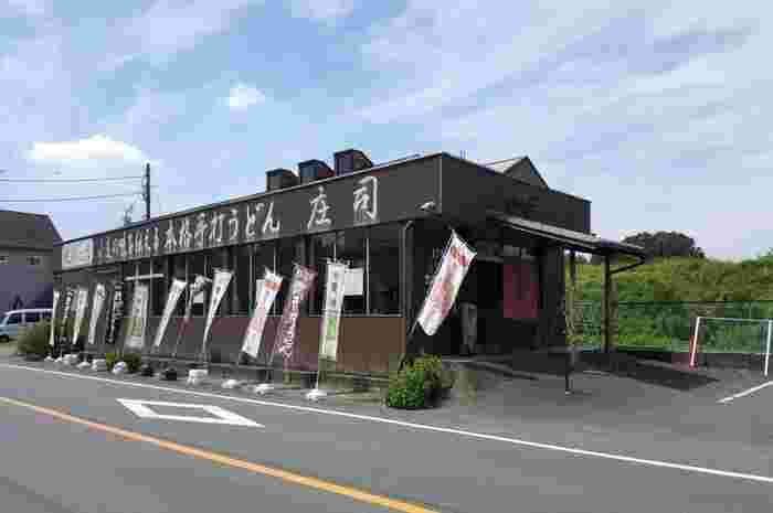 首都高の川島ICから5分ほどのところにある「手打うどん庄司」は、地元でもおいしと評判の武蔵野うどん屋さん。うどんが売り切れ次第終了してしまうので、早めの来店がおすすめです。