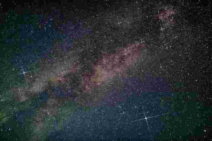 右下に大きくクロスして輝くのがベガ(織姫星)。左がアルタイル(彦星)です。2人をへだてて横たわる天の川。年に一度の七夕…織姫と彦星は、再会を果たせるのでしょうか? ロマンティックな七夕物語の影響からか、最近は、七夕をサマーバレンタインとも呼ぶそうですよ。 今回は、そんなサマーバレンタインにふさわしい、夜空を見ながら頂きたい大人なレシピから、七夕の行事食「そうめん」のレシピ、一品あるだけで七夕気分が盛り上がる星をモチーフにしたレシピなどをご紹介します♪