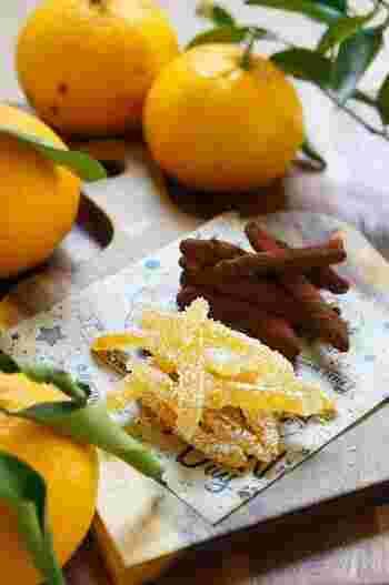 みかんの皮で作るピールは、夏みかんを使ったレシピ。シャリとした砂糖の食感とピールのモッチリとしたやわらかな食感、酸味が加わり、いくつでも食べられそう♪おしゃれなデザートは、ティータイムを華やかにしてくれます。