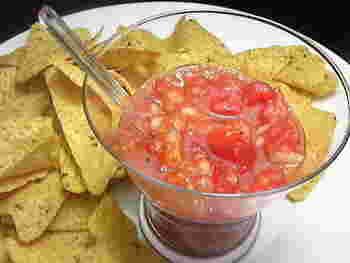 トマトが少ししかないときには、ケチャップを足して作ることもできます。トルティーヤチップスなどに添えると、一気におしゃれなおつまみになりますね。