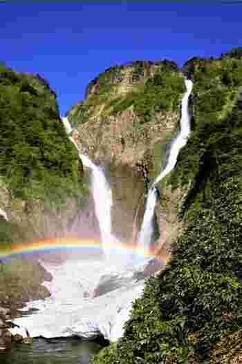 映画後半には、豊かな自然が早大に描かれるシーンが多く登場しますが、そのモデルとなったのは同じく富山県の立山。  人気観光地で、落差日本一(350m)を誇り、映画ファンならずとも、その迫力には息をのむはず・・・!  初夏は雪解け水の豊富な水量、夏は緑に覆われた瑞々しい風景、秋には紅葉・・・と、四季折々で異なる魅力的な表情を次々と見せてくれます。例年11月後半~5月のはじめごろは、積雪により通行不可となりますので、その点はご注意を・・・。(積雪状況により時期は異なる)