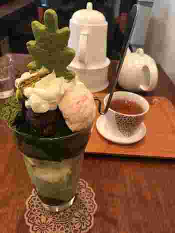 1番人気の「抹茶パフェ」は、抹茶ゼリーをベースに抹茶の求肥と抹茶づくし。他にも、黒ごまのブラマンジェやほうじ茶の寒天など、材料はすべて手作りでやさしい味わいを楽しめます。
