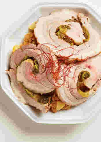 チャーシューもおこわも手作り!の肉丼レシピです。おこわを作る時にチャーシューの煮汁を使うのは、手作りならではのアイディア。タレがしみ込んだもちもちおこわとお肉のハーモニーをじっくり味わってみましょう。