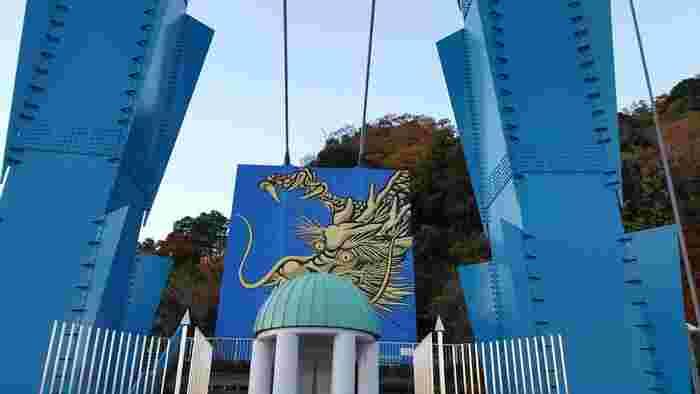 """常磐道の那珂ICまたは日立南太田ICから40分ほど走ったところにある「竜神大吊橋」は、日本最大級の長さを誇る吊橋。古くから、さまざまな書物に記されている竜神峡のシンボルとなっているのが""""竜神カリヨン""""です。"""