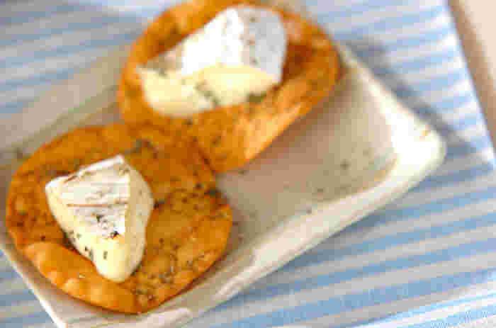 オリーブオイルを塗って、オーブンでこんがり焼き上げた餃子の皮に、ガスで直火焼きしたカマンベールチーズをのせたお手軽レシピです。