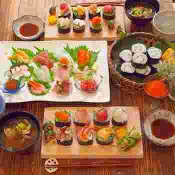 夏のお盆やお正月など、親戚やこどもたちが集まるパーティーには、やっぱりお寿司が簡単&楽しい!あらかじめ巻いておいたプレーンの巻き寿司に好きな具材を乗せるスタイルなら、さらに食べやすいですね。こどもたちもきっと大喜び♪