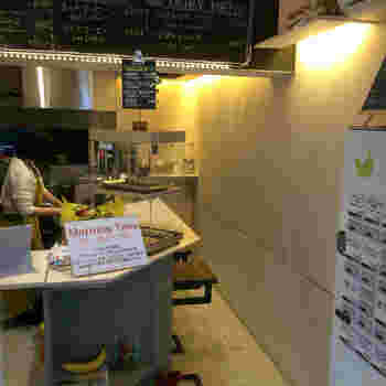 市ヶ谷店は、5坪ながらもスタイリッシュな雰囲気。朝早めの時間帯から営業しているので、バナナジュースを1杯飲んでから出勤する方も多いそう。