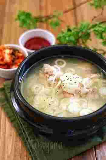 タッコムタンは、鶏肉と骨からとっただしでじっくり煮込む、韓国のスープ料理のこと。骨つき肉の手羽元で手軽にできます。具材もシンプルなので、鶏のうまみが存分に味わえるのが特徴。ご飯を入れてクッパにするのもいいですね。