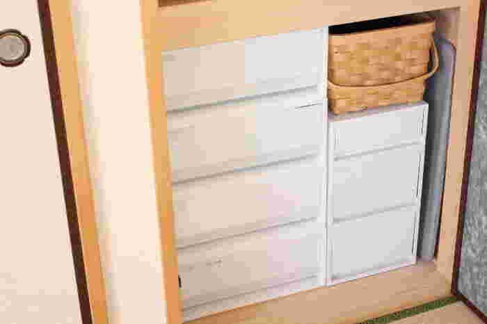無印のポリプロピレンケースは、引き出しの部分が透けて見えるのがメリットでもあり、デメリットでもあります。頻繁に扉を開けるような場所に収納するときは、引き出し前面に白い紙やプラダンを入れてあげるとすっきりとします。